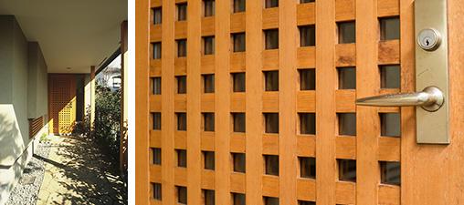 【画像4】左写真は新築当時(写真撮影/野寺治孝)砂利があしらわれ風情あるアプローチ。右は17年後。格子に木を組みペアガラスを挟んだ特注のドアは、歪みもなく経年で美しい木の色に変化(写真撮影/片山貴博)
