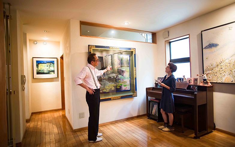 【画像5】ホアキン・トレンツ・リャドの「カネットの夜明け」、この絵のために建てた家と言うだけあって玄関廊下から居間に入った特等席で光輝く(写真撮影/片山貴博)