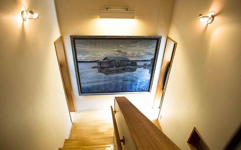 【画像6】水上生活者のボートハウスを描いた神津善之介の作品。左右のスリット窓から朝陽が当たると、色が変化して情景が浮かび上がると言う(写真撮影/片山貴博)