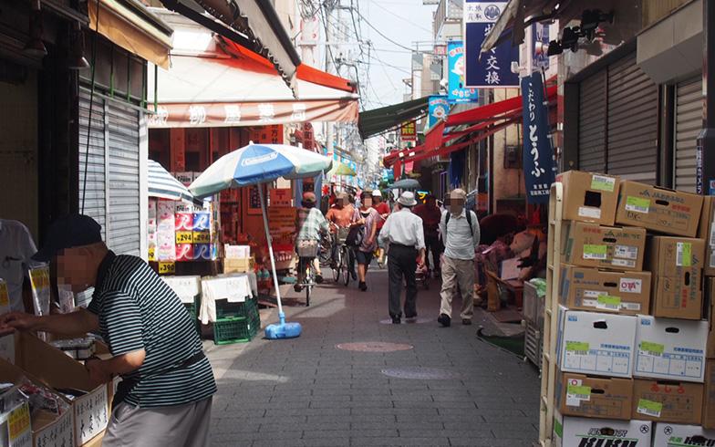 【画像3】このように商店街の道幅はあまり広くはない(写真撮影/明日陽樹)