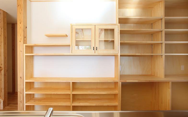 【画像1】クボタ住建で最も人気の高い造作家具は、キッチンの背面収納。収めるものに合わせて棚板の間隔を変えられる「可動棚」が便利(写真提供/クボタ住建)