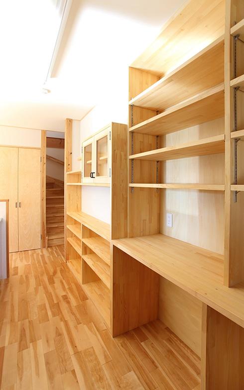【画像2】収納スペースの容量を重視した部屋型の納戸やパントリーより、収めたもの全体が見渡せる壁面収納のほうが扱いやすいこともあるようです(写真提供/クボタ住建)