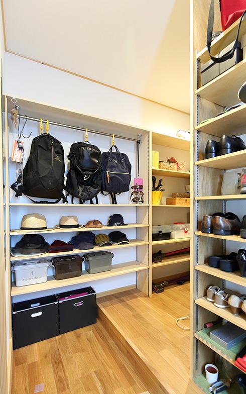 【画像4】キッチンに次いで造作家具のニーズが高い場所は玄関。家族の人数や子どもの年齢、アウトドア用品の有無などによっても、求められる仕様は異なります(写真提供/クボタ住建)