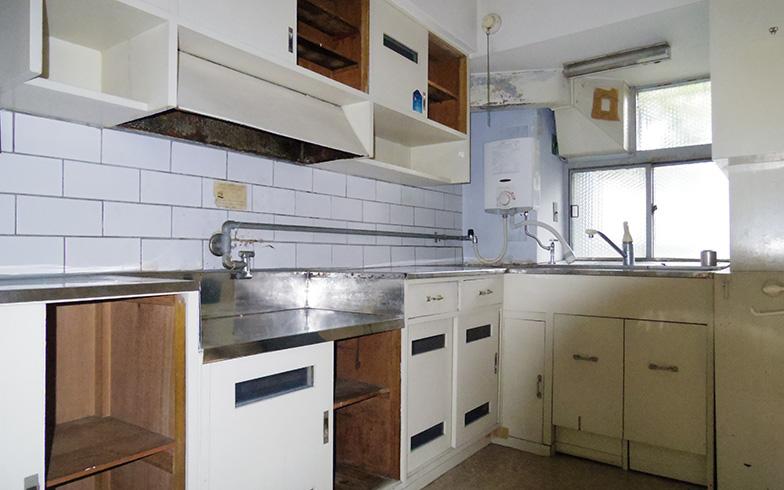 【画像4】ほぼ新築当時の姿が残っているキッチン。奥行きのコンパクトさや収納に工夫が見られる(写真提供/旭化成不動産レジデンス)