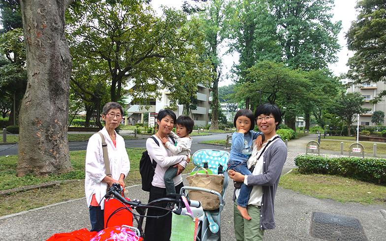 【画像1】左から母・太田雅子さん、姉・吉田有香さんとその息子さん、妹・菅波朱美さんとその娘さん。同い歳のお子さん達は、ここで仲良く一緒に成長していくのでしょうね(写真撮影/金井直子)