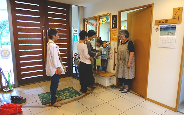 【画像3】親子三世帯でよく集会所に遊びに行く。自治会事務局の関さん(写真右)とも仲良しで、お子さん達の成長を一緒に見守ってくれています(写真撮影/金井直子)