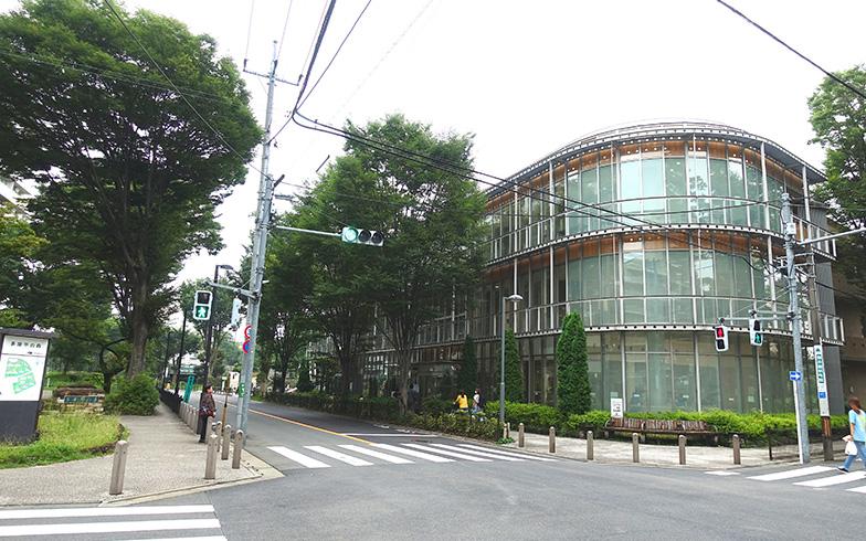 【画像4】写真の建物は図書館・家庭支援センター。団地に隣接しています。病院、イオンもすぐ近くで便利(写真撮影/金井直子)