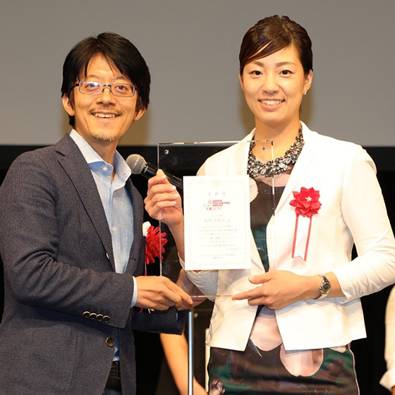 【画像1】グランプリ受賞の松林さん(右)と審査委員長の「かたづけ士」小松易さん(左)(画像提供/JAPAN ORGANIZING AWARD 実行委員会)