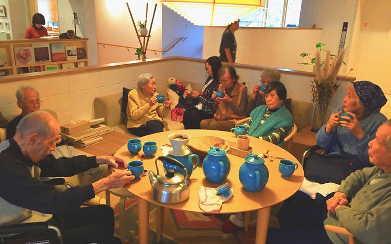 【画像2】入居者は食堂やフリースペースを使って飲み会やお茶会などをしている。自主的にコミュニケーションを行えるのが銀木犀の魅力(画像提供/シルバーウッド・下河原忠道さん)