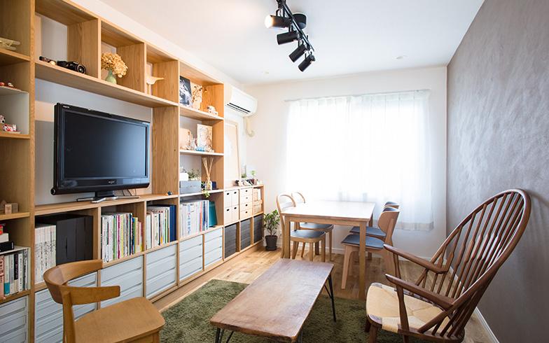 【画像1】リビングをスッキリと見せる壁面収納は、この部屋のアクセントにも(写真撮影/片山貴博)
