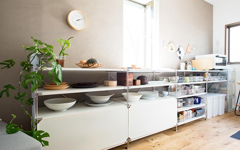 【画像3】作業カウンターも兼ねた、キッチン背面の収納(写真撮影/片山貴博)