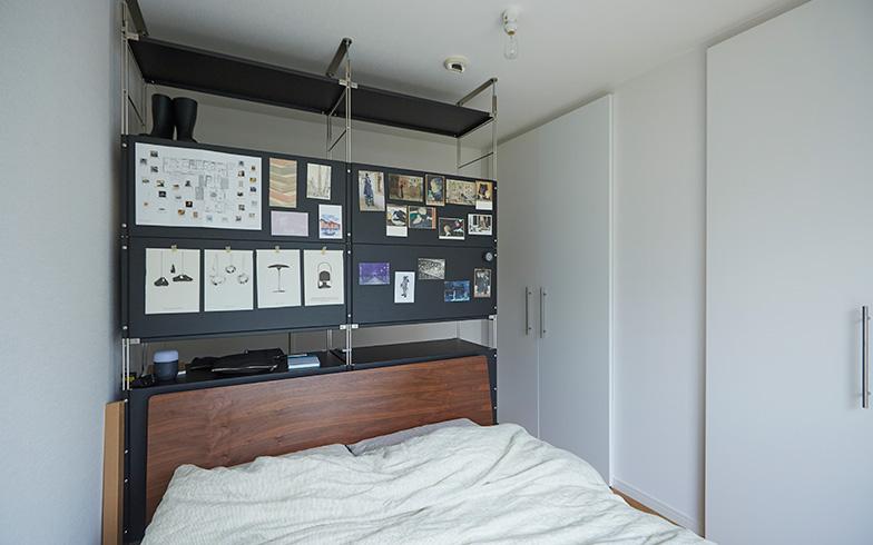 【画像4】枕に最も近いオープン収納は、廊下側からの出し入れも可能(画像提供/良品計画)