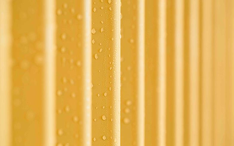 【画像10】夏は冷たいパイプに結露し、下で水を受けて流れるようになっている。除湿をするが、エアコンのように乾燥はしない心地良さ(写真撮影/片山貴博)