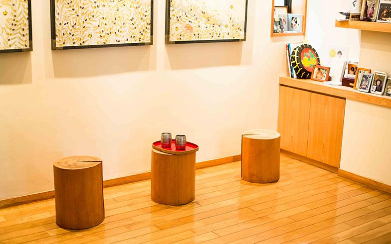 【画像12】大黒柱の切り株も、椅子やコンソールとして活躍していた(写真撮影/片山貴博)
