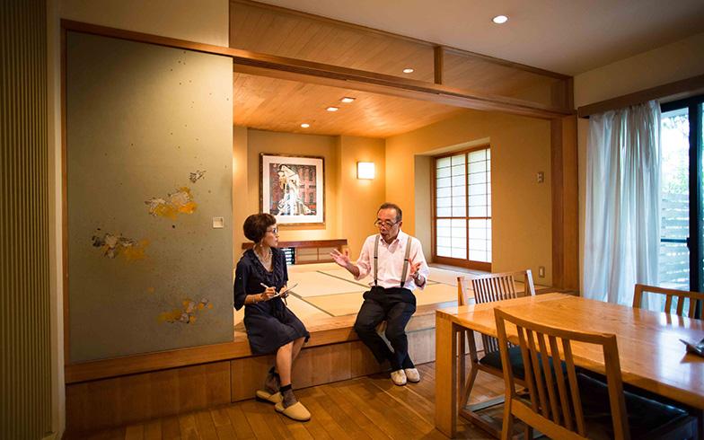 【画像13】和室に合わせて、ダイニングチェアーの座面も40cmにそろえるため足を切ったらしい。テーブルも低めのものを選び、ダイニングと和室に座った人の目線がそろうようになっている(写真撮影/片山貴博)