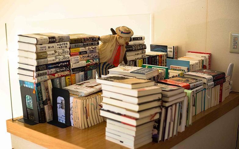 【画像15】子ども部屋へ続く2階階段ホールの棚には、無造作に並べられた本が。これも子どもの好奇心をそそる技だなぁ(写真撮影/片山貴博)