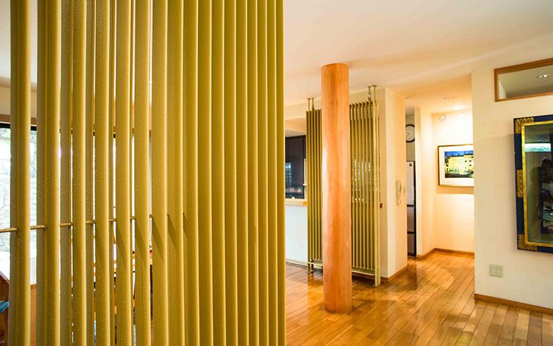 【画像9】藤原邸のダイニングにはパイプが二カ所、パーテーション風に立っている。色やサイズのバリエーションは豊富(写真撮影/片山貴博)