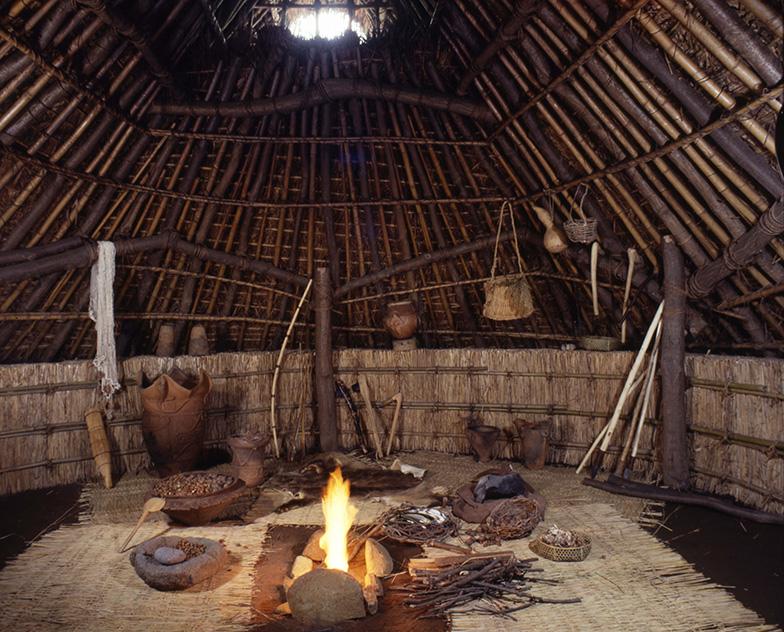 【画像5】竪穴式住居の内部。炉でぼうぼうと燃える焔(ほのお)があざやかです(東京都教育委員会所蔵)