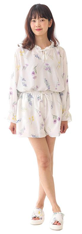 【画像3】「フラワー柄トップス(4500円/税抜)」と「フラワー柄ショートパンツ(3300円/税抜)」は、繊細で可憐な花のプリントを配している。ウエストはゴムでラクな履き心地。リラックスタイムを心地よくフェミニンに彩るアイテム(画像提供/Cocoonist)