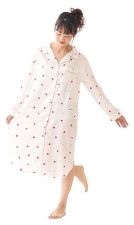 【画像4】キュート&リラックスが一枚で叶う「ハート柄パジャマワンピース(5800円)」。ゆったりとした着用感で、部屋で過ごすリラックスタイムにおすすめです(画像提供/Cocoonist)