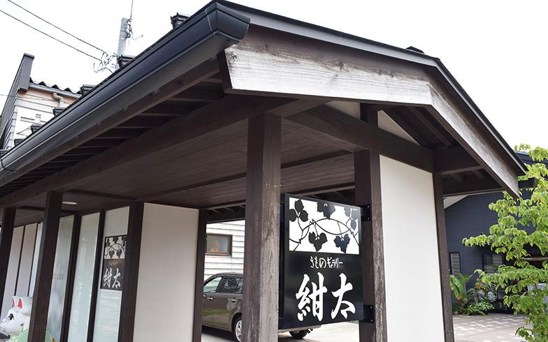 【図7】中村さんのお店「紺太」は、雁木を模した門が出迎えてくれる。(写真撮影/SUUMOジャーナル編集部)