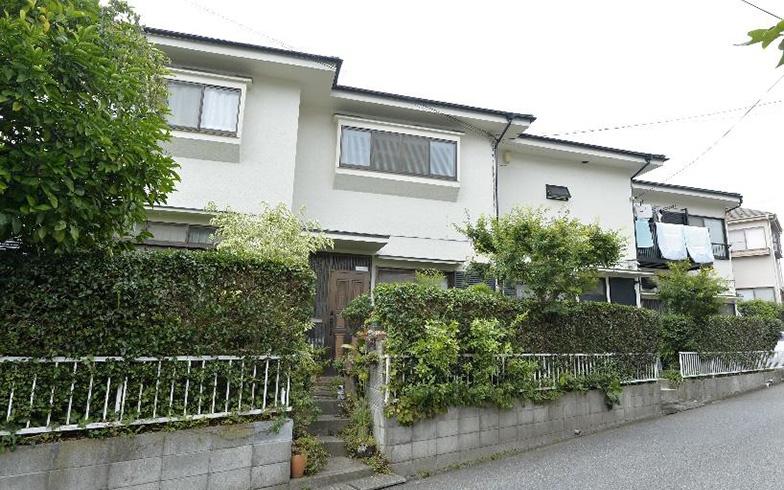 【画像1】4棟がつながっているようにみえる家の外観。1階の右奥が、Nさんの父親の仕事場、母親の教室、住居への入り口となっている(撮影/森カズシゲ)
