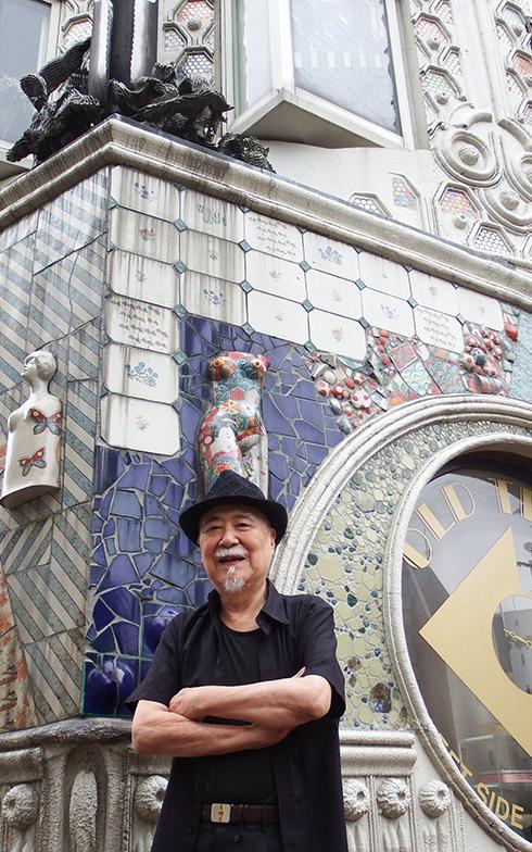 【画像1】梵寿綱さん。独自の作風で日本のガウディと称される。1934 年(昭和9年)東京・浅草生まれ。背後のドラード和世陀の一室に住む(写真撮影/織田孝一)