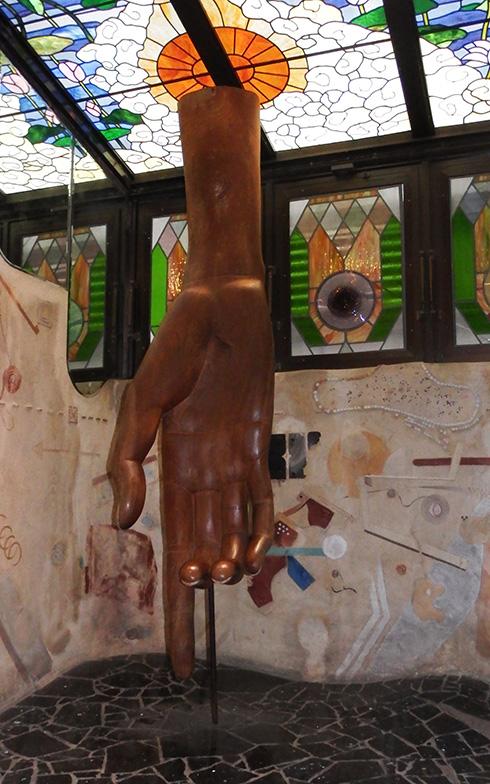 【画像3】エントランスを入った一角にある巨大な手の彫刻は、彫刻家(多摩美術大学名誉教授)の竹田光幸氏の作品(写真撮影/織田孝一)