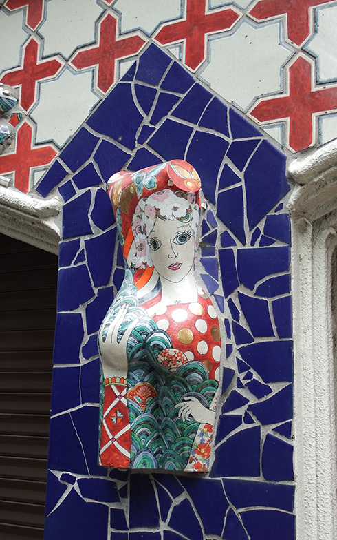【画像4】「ドラード和世陀」の外壁にあるオブジェ。ヨーロッパ風建築に見えてディテイルには東洋的モチーフがあちこちに使われている(写真撮影/織田孝一)