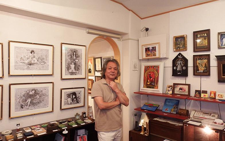 【画像5】「ドラード和世陀」一階にあるアートギャラリーで、オーナーの小原聖史さん(写真撮影/織田孝一)