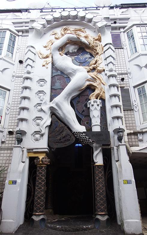 【画像7】「ラポルタイズミ」のエントランス。巨大なレリーフが特徴(写真撮影/織田孝一)