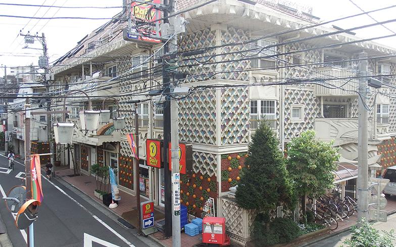 【画像9】「マインド和亜」の全景。一階にはコンビニのデイリーヤマザキが入居(写真撮影/織田孝一)