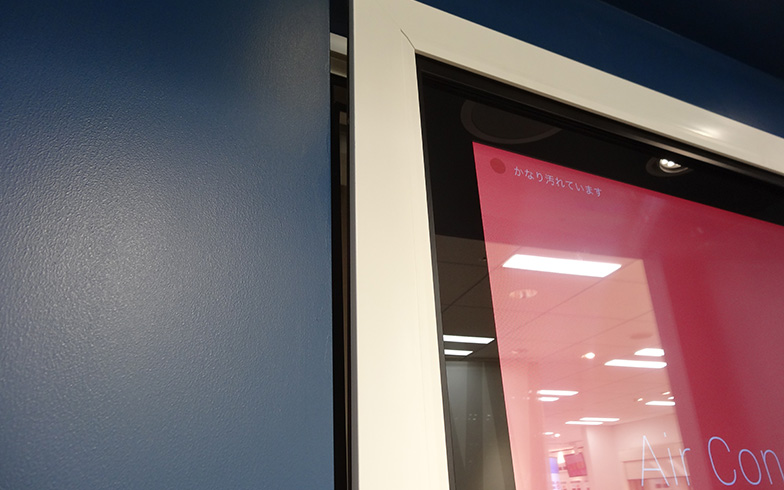 【画像4】室内の空気が汚れていることが分かると、「かなり汚れています」と表示され、窓が自動的に開いて換気をはじめました(写真撮影/SUUMOジャーナル編集部)
