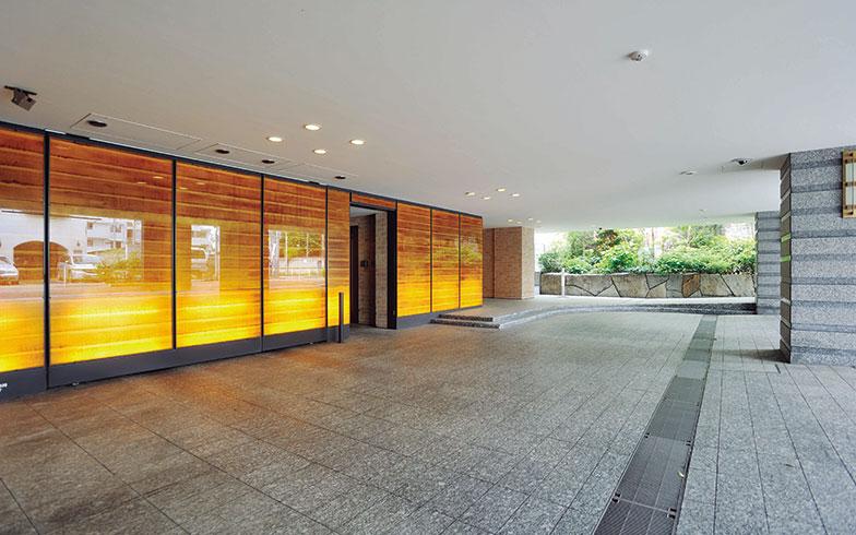"""【画像3】和紙や照明を組み込んだ壁が、""""和""""のテイストを醸し出している車寄せ(写真撮影/柴田ひろあき)"""