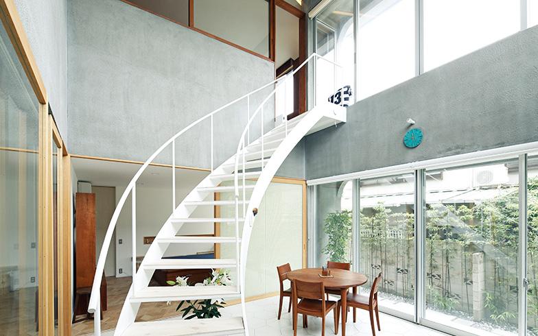 【画像1】グレーの壁色の大きな吹抜け空間に白い階段を配して個性的に。その家が持つ特徴を最大限活かして魅力的な住まいに変身させるのが、リノベーションの力(写真提供/株式会社リビタ)