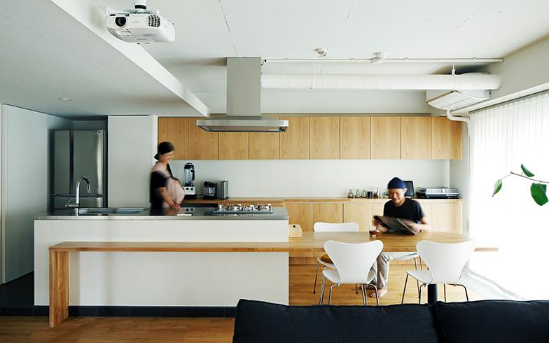 【画像2】収まりの良い収納家具や造作のテーブルで、統一感のある空間に(写真提供/株式会社リビタ)