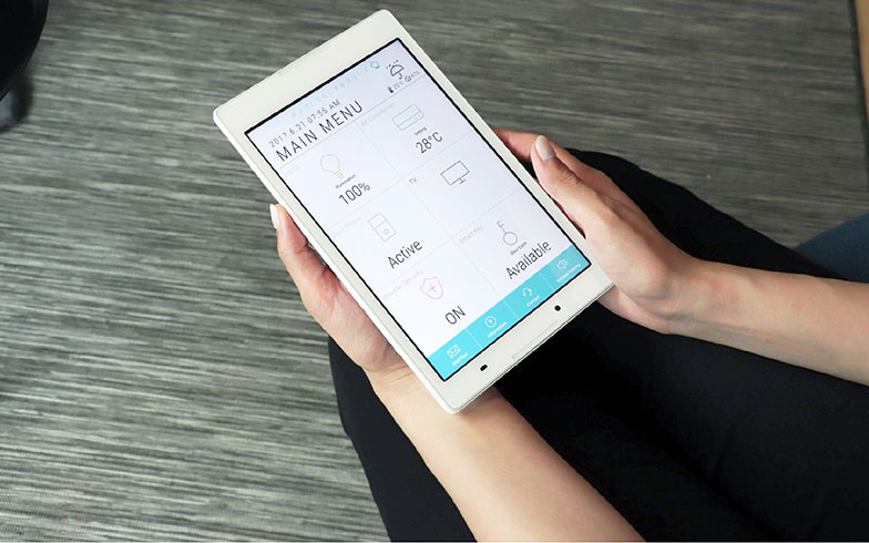 【画像2】セントラルコントローラー。IoTでつながった家電を操作できるほか、水漏れなどのトラブルや退去時の連絡といった管理会社とのやりとりをチャットで行える(写真提供/ロボットホーム)