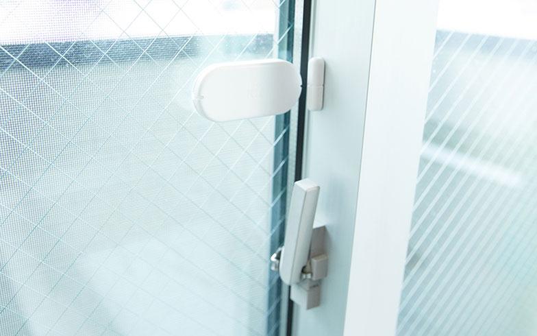 【画像3】ウインドウセキュリティ。専用タブレット「セントラルコントローラー」で設定しておくと、窓の開閉や揺れを検知した際に入居者のスマホに連絡がいく(写真提供/ロボットホーム)