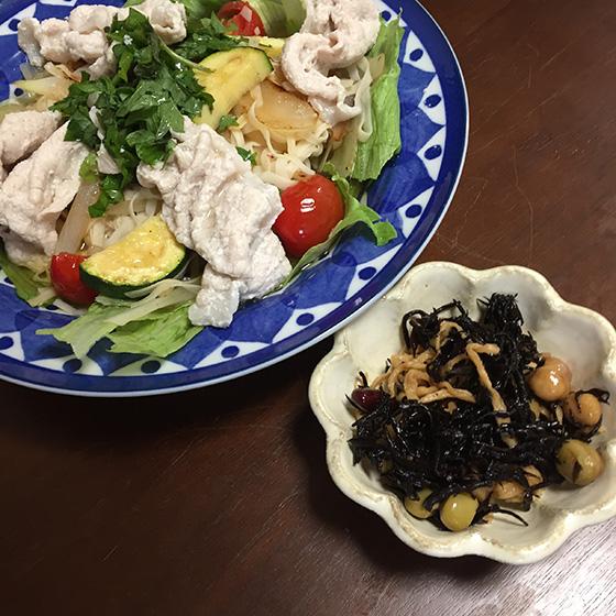 【画像1】Akikoさん作「豚しゃぶサラダ」と「ひじきと豆の煮物」ひじきはつくり置きを活用(画像提供/Akikoさん)