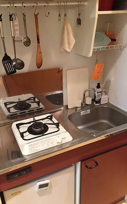 【画像2】ピカピカに磨かれたAkikoさん宅のキッチン。レンジフードと壁に突っ張り棒を渡してそこに調理器具をぶら下げている。立つのが気持ちよくなるキッチンづくりの成果(画像提供/Akikoさん)