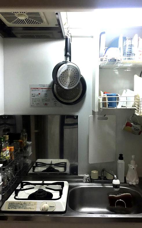 【画像6】きちんと生活をしている雰囲気に好感を持てるSanaeさんのキッチン。狭いキッチンをすこしでも楽しくするため、洗剤をかわいいシロクマのボトルに入れ替えるなどの工夫を(画像提供/Sanaeさん)