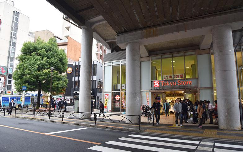 【画像4】都立大学駅前。高架下に東急ストアがあり、仕事帰りの食材買い出しにも便利(写真撮影/小野洋平)