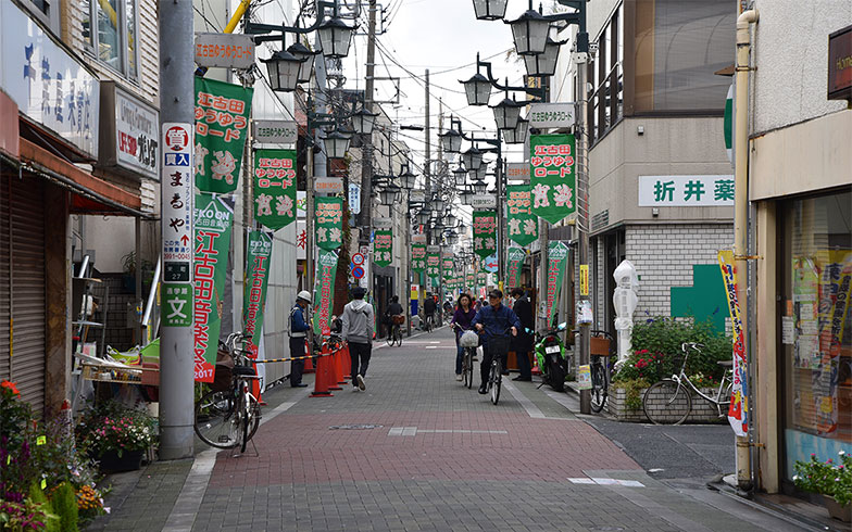【画像1】江古田の駅前から続く商店街。飲食店も多く、暮らしやすそうな雰囲気だ(写真撮影/小野洋平)