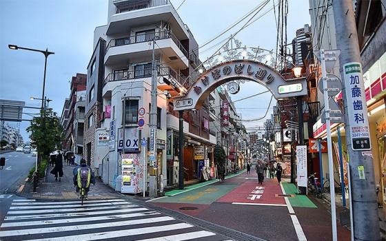 【画像4】曙橋駅前から続く「あけぼのばし通り」。かつてはフジテレビの本社ビルが近辺にあり、「フジテレビ通り」と呼ばれていた(撮影/小野洋平)