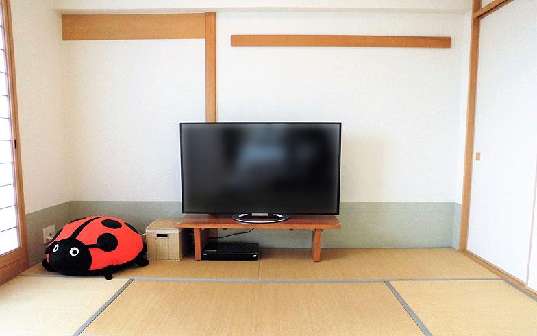 【画像1】まずはリビングから見るには距離がある位置にテレビを置いた(写真提供/香村薫)