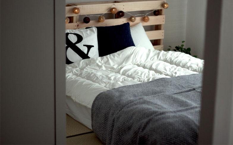 【画像3】マットレスをそのまま床に敷き、ヘッドボード部分にだけパレットを立てかけてもベッドができます(画像提供/SMILE HAPPY SWEETHOME)