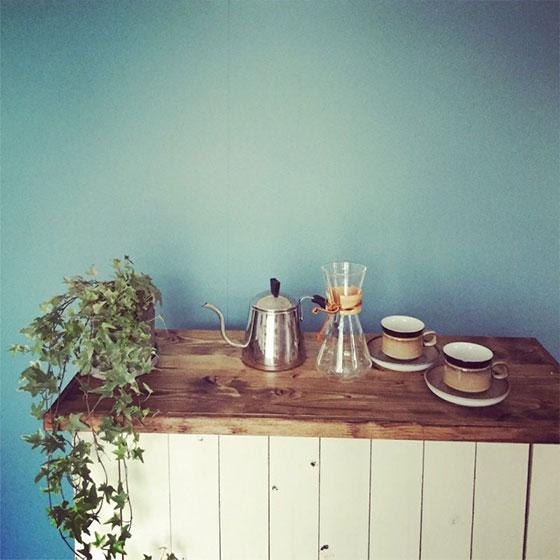 【画像4】カラーボックスの周りに木板を貼ると、さらに雰囲気が出て◎(画像提供/SMILE HAPPY SWEETHOME)