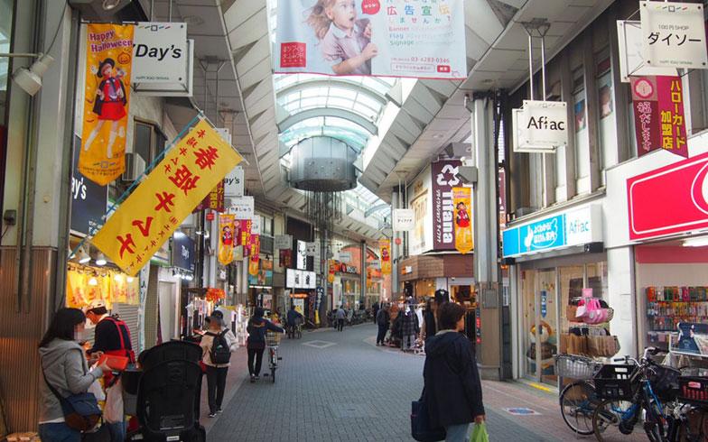 【画像4】これまで取材してきた商店街はまっすぐ一本道が多かったが、道がうねうねしているのもこの商店街の特徴といえそう(写真撮影/明日陽樹)