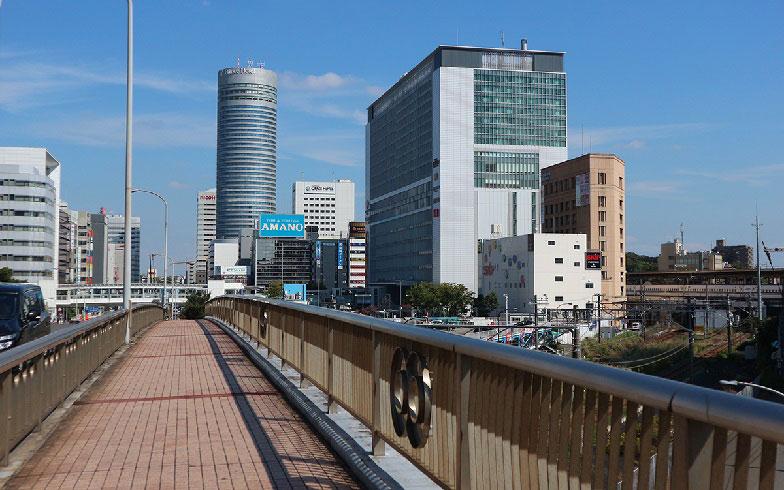 【画像2】環状2号線の歩道から見た新横浜駅北口。都会的な雰囲気(写真撮影/小野洋平)