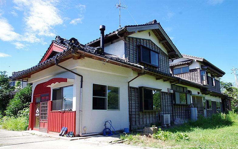 【画像1】この地域に多い瓦屋根の立派な民家を利用したシェアハウス「のまど間」(写真撮影/玉置豊)